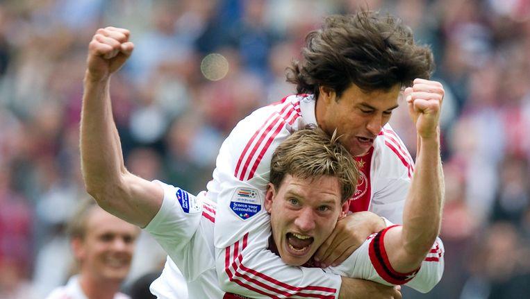 Jan Vertonghen viert een doelpunt met Dario Cvitanich. Beeld REUTERS