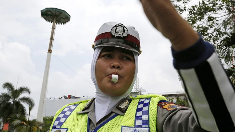 Een Indonesische politieagente met hoofddoek. Beeld EPA