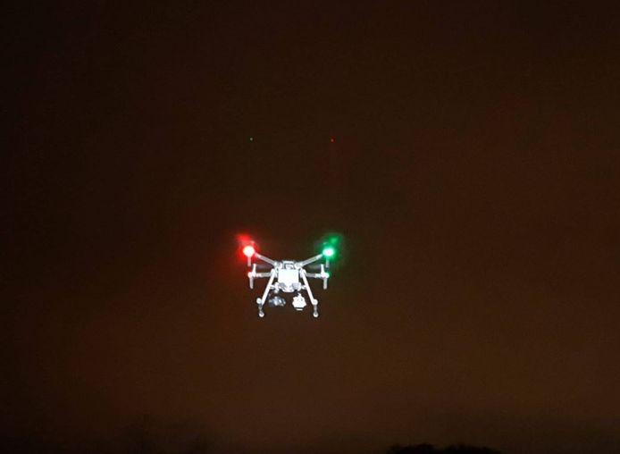 De politie houdt overlast gevende jongeren in Doetinchem in de gaten met een drone.