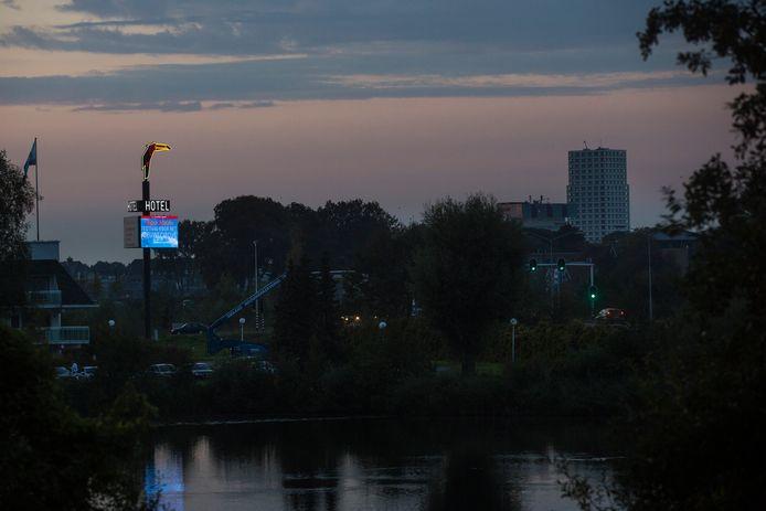 Niet iedereen is gecharmeerd van de lichtreclame aan de Bossche Randweg van Van der Valk Hotel Vught