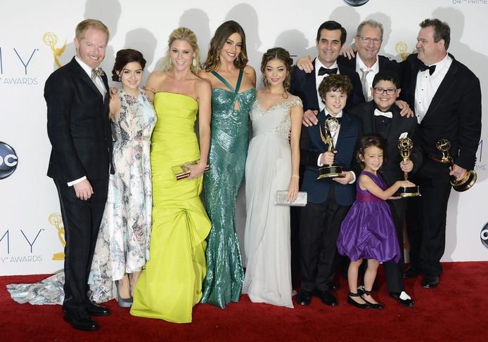 De cast van Modern Family. Jesse Tyler Ferguson (uiterst links op de foto), speelt samen Eric Stonestreet (uiterst rechts) een homoseksueel stel.