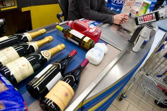 Veel supermarkten hebben ee ID-scanner bij de kassa. Dit systeem is in strijd met de Wet Bescherming Persoonsgegevens.