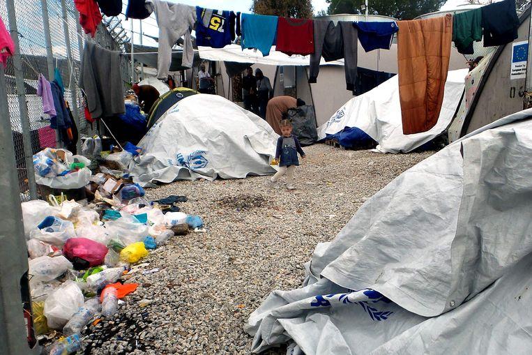 Een kind te midden van een geïmproviseerd tentenkamp op Lesbos.