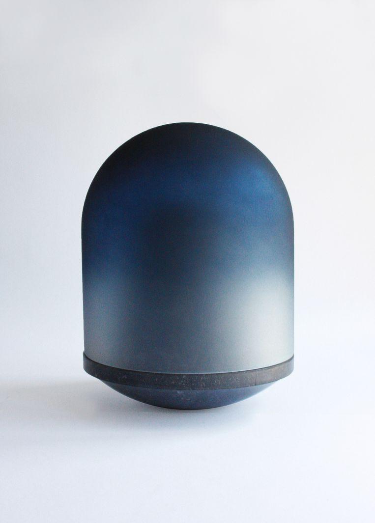 Ontwerper Maria Tyakina ontwierp haar 'Dome'-urn als kunstobject voor in huis. Met een handgeschilderde glazen stolp van buiten en een carrera-marmeren urn aan de binnenkant. 27x27x36 cm, € 3.500. mariatyakina.com Beeld