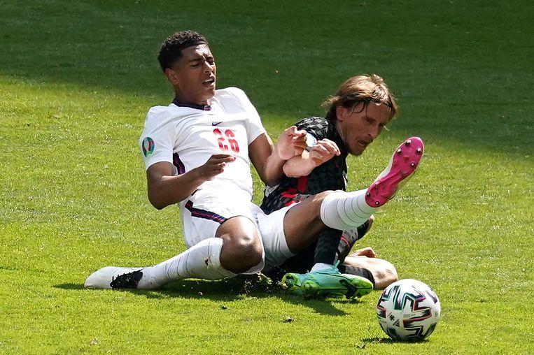 Jude Bellingham (l.) en Luka Modric in actie. Met zijn 17 jaar en 349 dagen is Bellingham de jongste speler ooit op een Europees kampioenschap voetbal. Beeld Photo News