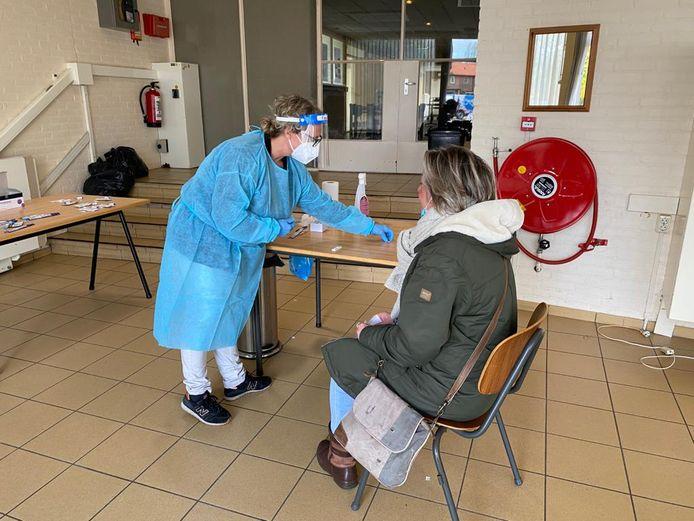 Een medewerker van Erwin van de Berg voert een test uit. 'Er zitten soms schrijnende verhalen tussen'