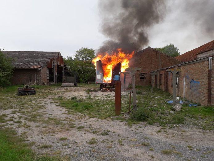 Naast de brandende woonwagen werden potten verf als brandversnellers gevonden.