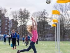 Kinderen maken kennis met sport in Wageningen: en hop daar gaat de bal in de korf