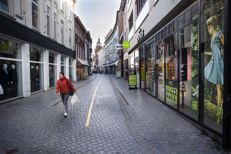 Een lege winkelstraat in Breda.  Beeld Arie Kievit