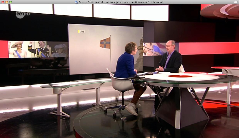 Martine Tanghe draagt witte sportschoenen tijdens het journaal van maandag 28 januari 2013.. Beeld VRT