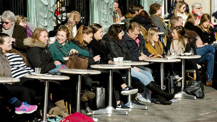 26 februari: In het centrum van Utrecht genieten mensen op volle terrassen van het winterse zonnetje. Beeld anp