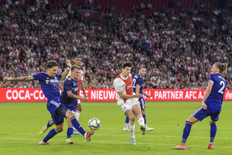 Een doelpoging van Jurgen Ekkelenkamp, die na een uur in de ploeg kwam voor Davy Klaassen. Ajax heeft Leeds met 4-0 verslagen. Beeld Gerrit van Keulen/ANP
