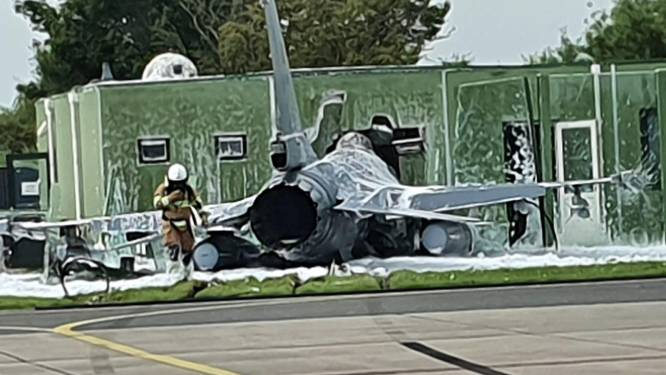 F-16 botst op gebouw vliegbasis Leeuwarden, piloot gebruikt schietstoel: twee gewonden