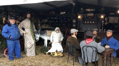 Roland bouwt 25ste kerststal en zet Jozef en zwangere Maria in café