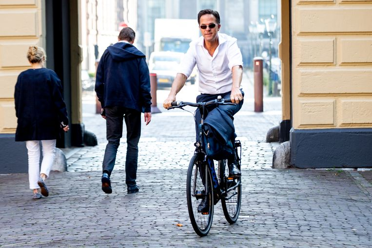 Premier Mark Rutte komt op 16 juli op de fiets aan bij het ministerie van Algemene Zaken. De coalitie wil mogelijk een miljardeninjectie voor de economie.  Beeld Hollandse Hoogte /  ANP