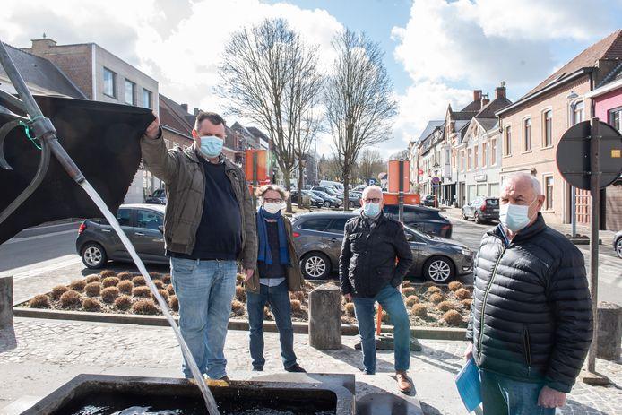 Om hun ongenoegen te uiten, hebben bewoners van de Markt een zwarte vlag gehangen aan de fontein.