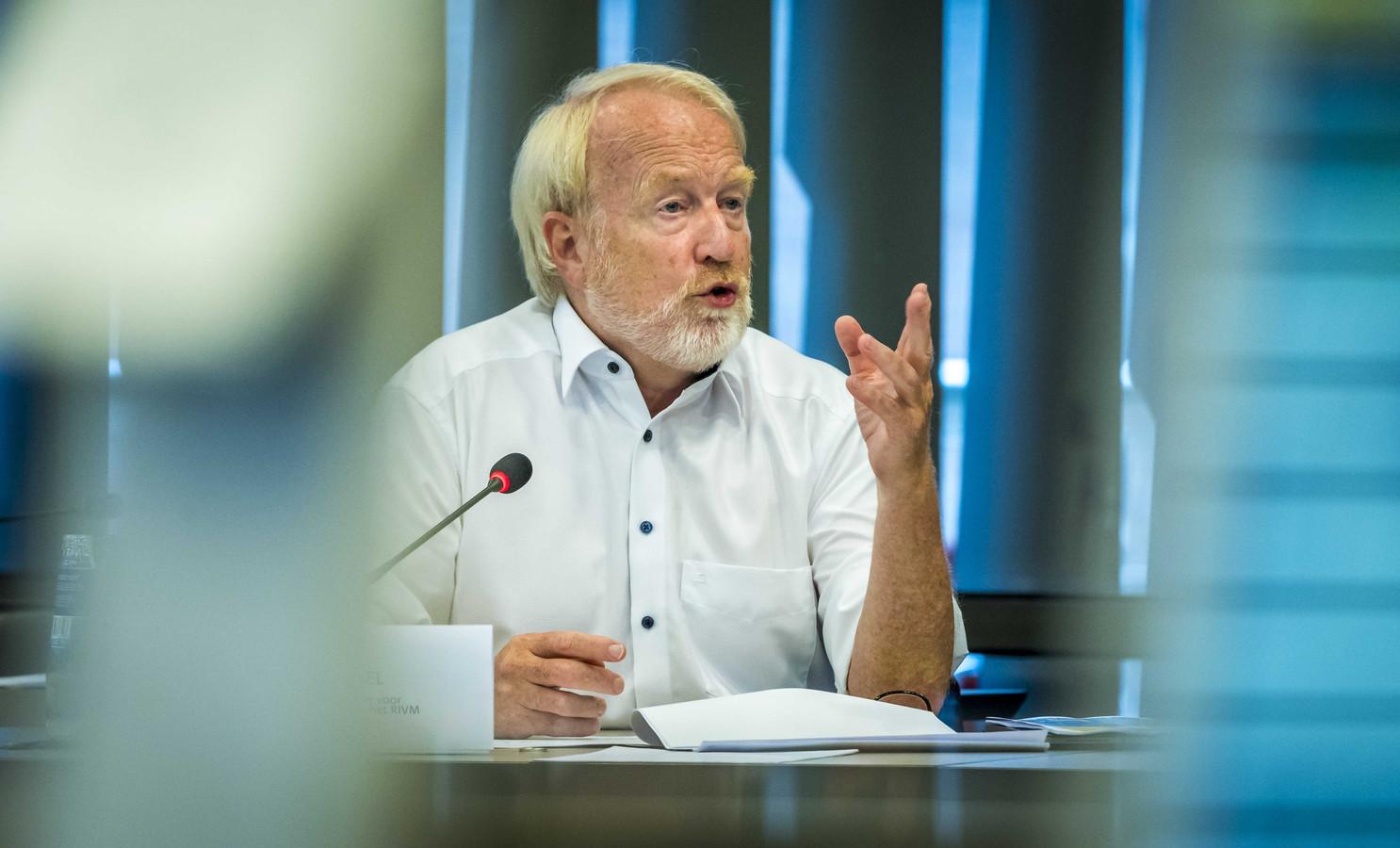 Jaap van Dissel praat de Tweede Kamer bij tijdens een technische briefing.