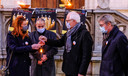 Deken Geert Morlion (derde van links) overhandigt het Vredeslicht aan burgemeester Ruth Vandenberghe, in aanwezigheid ook van imam Charif Slimani en schepen Philippe De Coene (rechts).