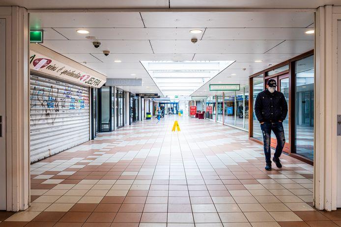 Het is troosteloos en stil in de gangen van winkelcentrum De Ridderhof. Veel winkelpanden staan al tijden leeg.