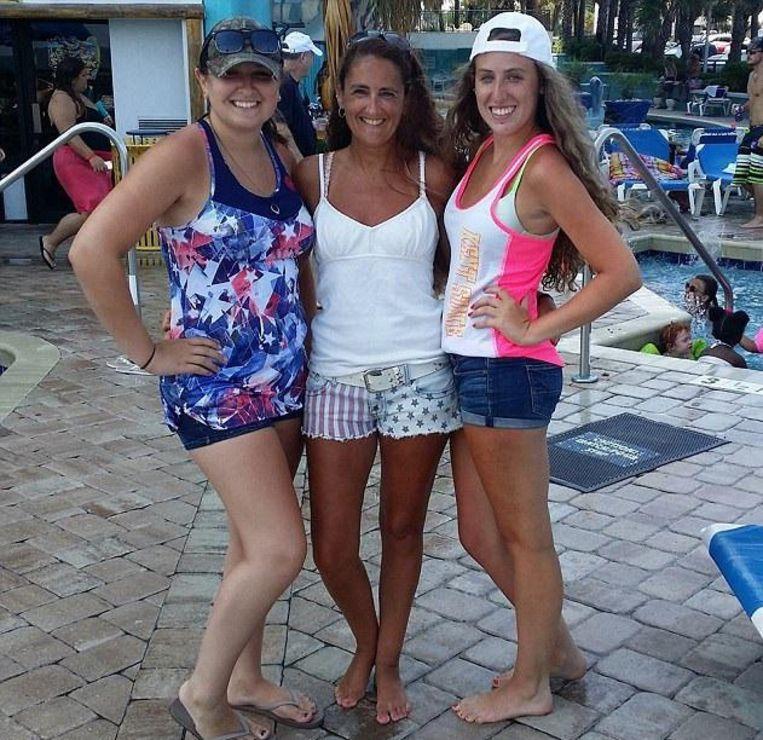 Suzanne Taylor (45) met haar dochters Kylie (l) en Taylor (21).