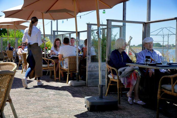 Sommige ondernemers betalen voor hun terras. Die rekening hoeft in de Hoeksche Waard pas eind augustus betaald te worden aan de gemeente.