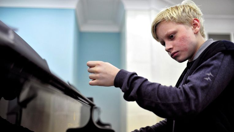 De 15-jarige Aleksander Malofejev speelt zondag in het Amsterdamse Concertgebouw bij het jubileumconcert van de serie Meesterpianisten van Marco Riaskoff. Beeld Pascal Dumont
