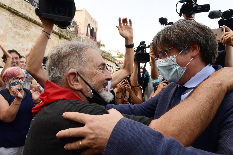 De voormalige Catalaanse leider Carles Puigdemont (rechts) op bezoek in Alghero, een Catalaanse enclave op het Italiaanse eiland Sardinië. Beeld AFP