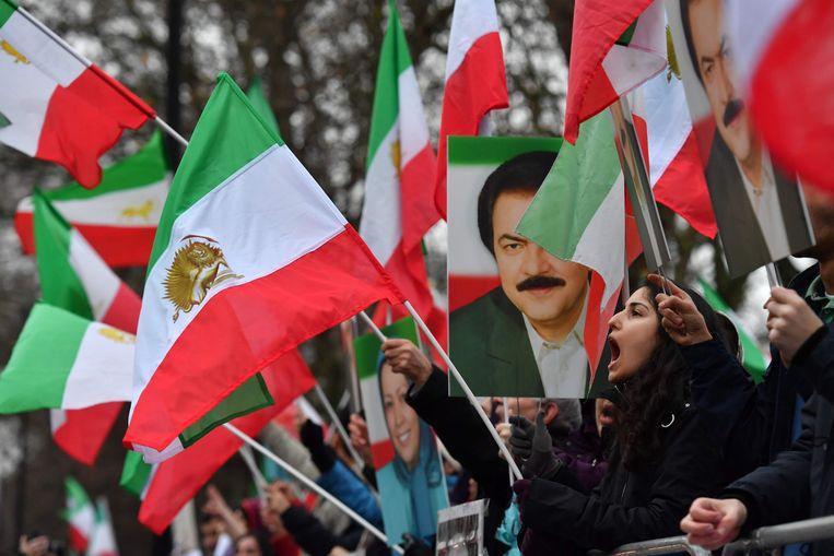 Betogers zwaaien met vlaggen voor de ambassade van Iran, in Londen.
