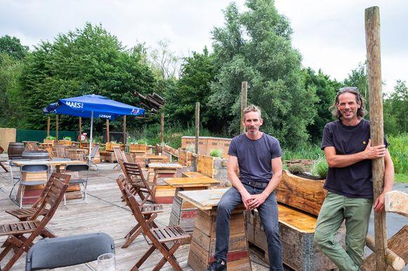 Wim en Koen Maes van Intense op het vernieuwde terras.