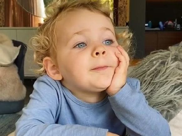 """De tweejarige Rudy Blake lacht er niet mee: """"Blijf thuis!"""""""