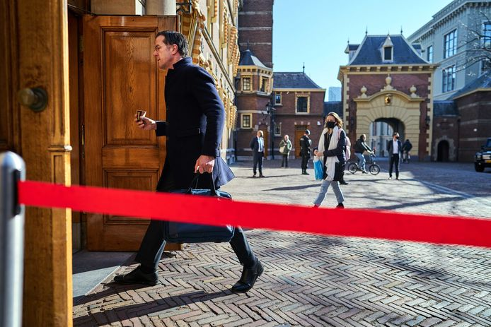 Demissionair minister-president Mark Rutte (VVD) komt aan op het Binnenhof voor een coronaoverleg voorafgaand aan de wekelijkse ministerraad.