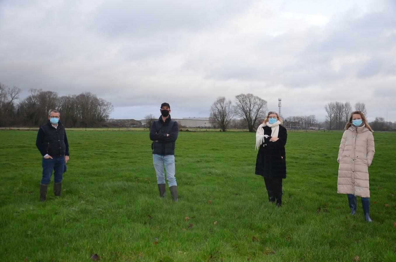 Schepen Henri Evenepoel, schepen Wouter Vande Winkel, burgemeester Tania De Jonge en schepen Katie Coppens in de groene zone, die wordt omgevormd tot landschapspark Burchtdam.