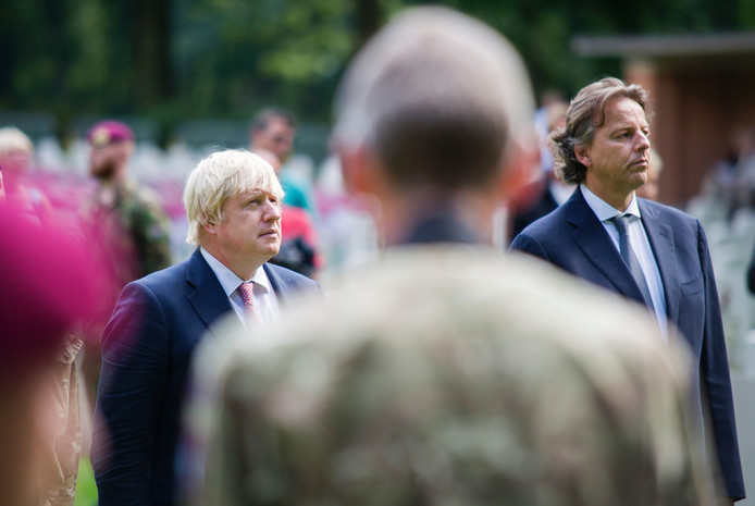Ministers Boris Johnson (links) en Bert Koenders in Oosterbeek.