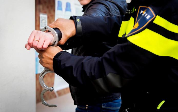 Ter illustratie: Een jongen wordt gearresteerd.