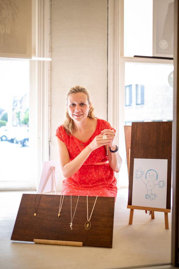 Annemarie Moerman ontwerpt juwelen op bestelling, op basis van onder andere kindertekeningen.