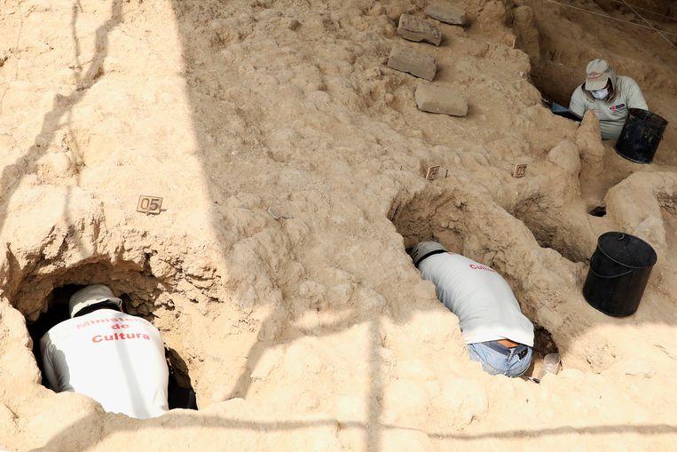 Archeologen aan het werk in de tombes van de Bijenpiramide (Huaca de las Abejas) in Tucume. Beeld REUTERS