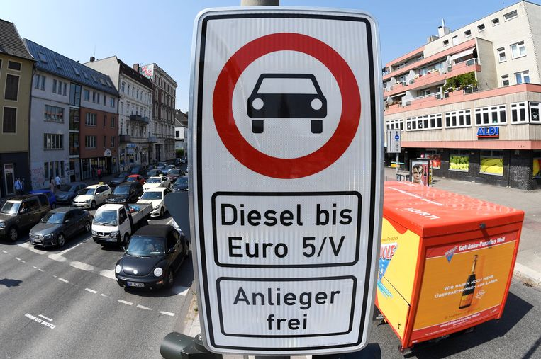 A truck passes by a traffic sign, which bans diesel cars at the Max-Brauer Allee in downtown Hamburg, Germany. Beeld REUTERS