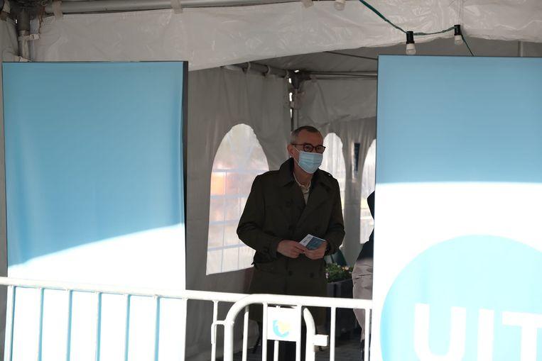Minister Frank Vandenbroucke in het vaccinatiecentrum in Overijse. Beeld Marc Baert