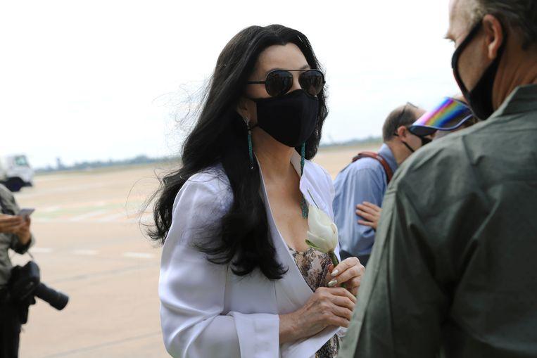 Zangeres en actrice Cher wacht op de aankomst van Kaavan op de luchthaven van Siem Reap in Cambodja. Beeld REUTERS