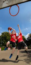 Basketbalclinic van de jeugd van New Heroes op het Taxandriapleintje in Den Bosch.
