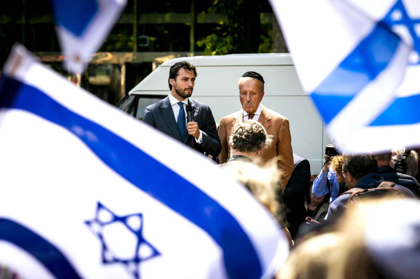 Thierry Baudet en Theo Hiddema van Forum voor Democratie tijdens een demonstratie van het Centrum Informatie en Documentatie Israel (CIDI) eind mei.