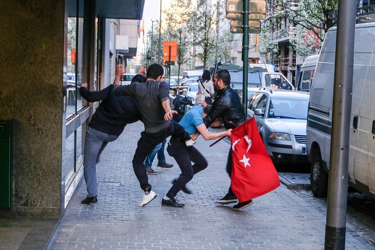 Bij de Turkse ambassade raakten vorige week nog voor- en tegenstanders van Erdogan slaags. Nu is bewezen dat de president ook zijn landgenoten in België laat bespioneren. Beeld Baert Marc