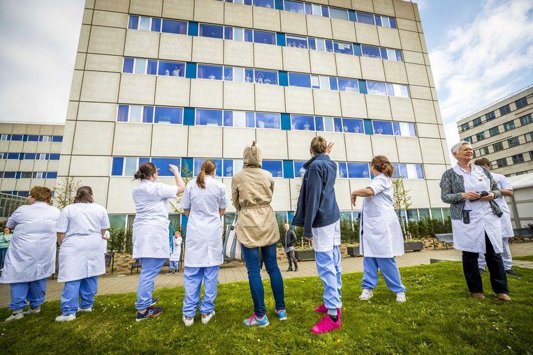 Hulpdiensten klappen voor zorgverleners bij het Maastricht UMC+.  Beeld ANP