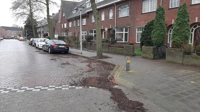 Dit parkeerplekje op de Hagenkampweg-Zuid is weer beschikbaar nadat er een jaar lang een oude Volvo heeft gestaan.