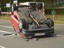 Auto belandt op zijn dak bij botsing in Ulvenhout