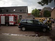 Brand achter motorblok van auto op tijd geblust