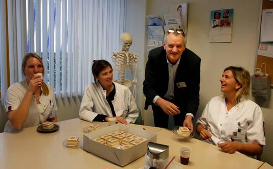 Ook op de afdeling radiologie van ZorgSaam wordt de eerste plaats in de Ziekenhuis Top 100 gevierd. Vlnr: Maaike Voerman, Isabel De Paepe, Lodewijk de Beukelaar, Inez Dekker.