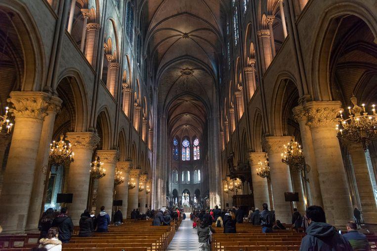 Boven het indrukwekkende gotische plafond van de Notre-Dame werd een stevige houten structuur gebouwd. Beeld Photo News