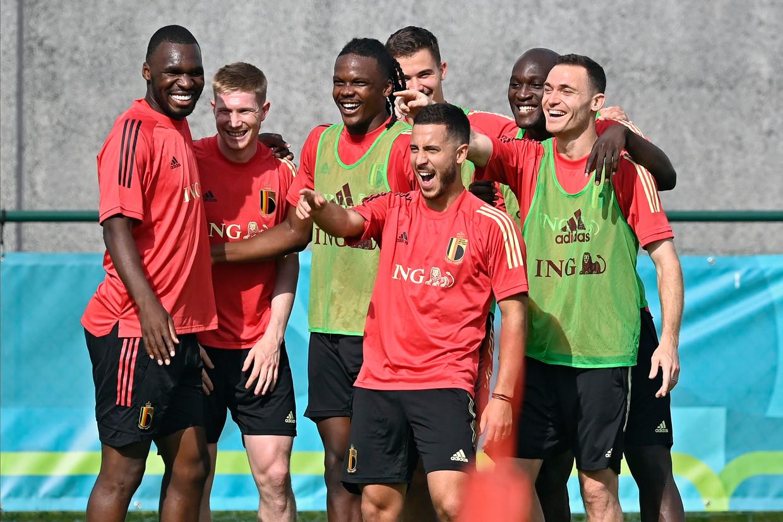 De sfeer bij de Belgen lijkt goed op de laatste groepstraining voor Denemarken in Tubeke. Beeld Photo News