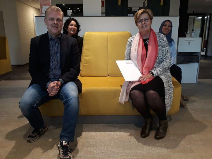 Van links naar rechts Marco Elferink (Home Instead), Esther van Keulen (Memory Lane),  wethouder Anja Prins en beleidsmedewerker Rana Nassàr (gemeente Losser)